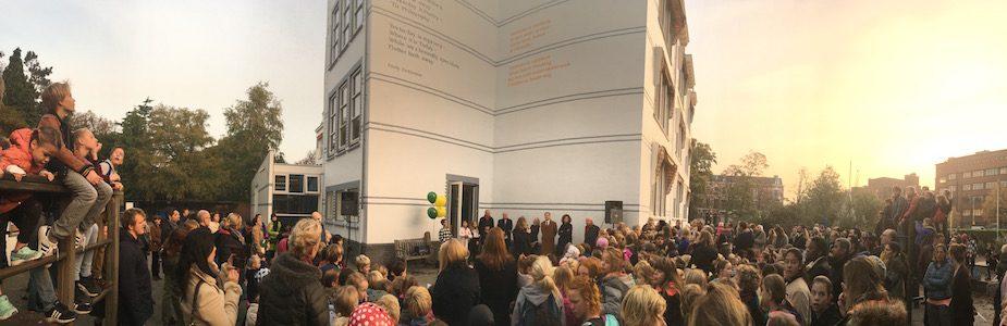 Verslag: Walter van Teeffelen Vele tientallen kinderen van de Internationale Basisschool HSV aan de Nassaulaan waren met hun onderwijzers en diverse ouders present bij de feestelijke onthulling van het...